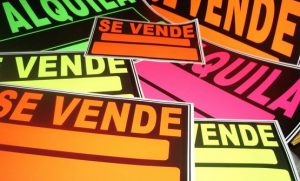 carteles en colores fluorescentes
